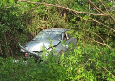 18-letnik izgubil oblast nad vozilom in trčil v drevo, 19-letni sopotnik hudo poškodovan