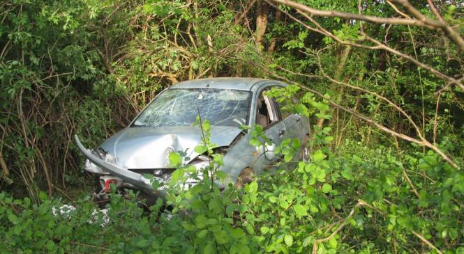 Voznica osebnega vozila zaradi vožnje z neprilagojeno hitrostjo zapeljala z vozišča in se prevrnila
