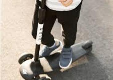 37-letni voznik z osebnim vozilom zadel otroka na skiroju