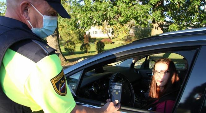 Voznica s slabima dvema promiloma alkohola v krvi sedla za volan
