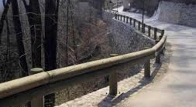 Voznik trčil v zaščitno ograjo in se hudo poškodoval