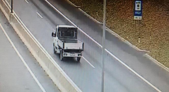 Iz tovornega vozila na vozišče padel večji plastični zaboj, policisti iščejo neznanega voznika