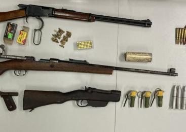 Policisti zasegli orožje, bombe in pirotehnične izdelke