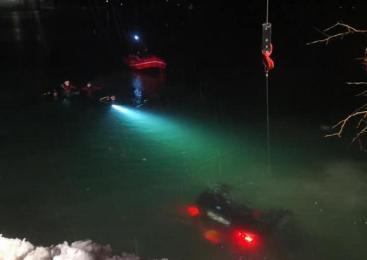 Voznik zapeljal z mosta v vodo in na kraju podlegel poškodbam