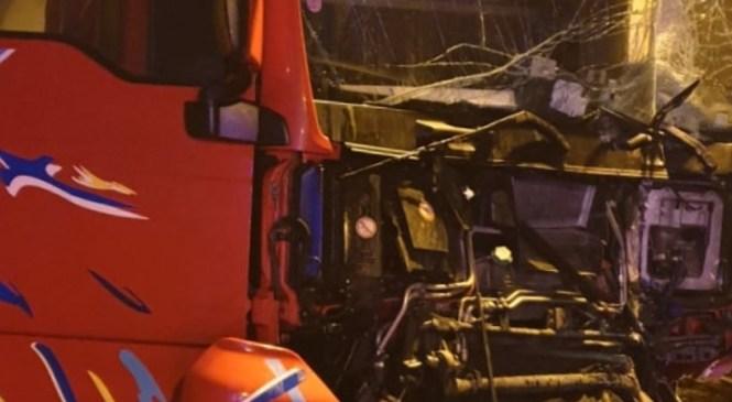 Zaradi spora voznik tovornega vozila namerno trčil v avtomobil in kraj nesreče zapustil