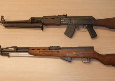 Policisti 19-letni osumljenki med hišno preiskavo zasegli puški