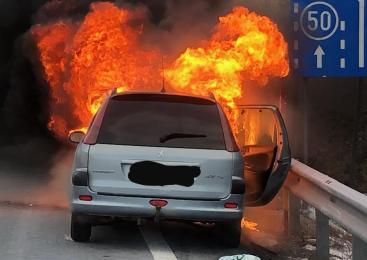 Zagorelo v predelu motorja, vozilo popolnoma uničeno