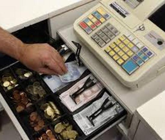 Vstopila v recepcijo nastanitvenega objekta in iz blagajne ukradla nekaj 100 evrov gotovine