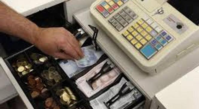Neznanca zamotila uslužbenko prodajalne in si prilastila gotovino