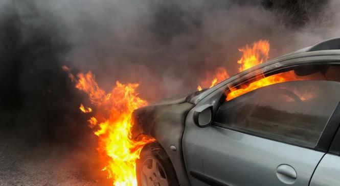 Osebno vozilo zagorelo v predelu motorja