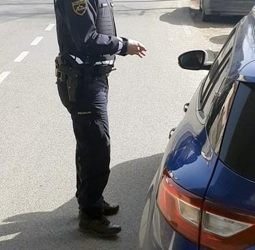 Med postopkom poškodovan policist