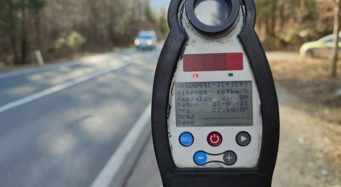 Pri omejitvi 50 km/h vozil 124 km/h in pobegnil pred policisti
