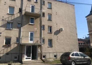 Lendava: Čez okno padel 3-letni otrok, ki je bil sam v stanovanju