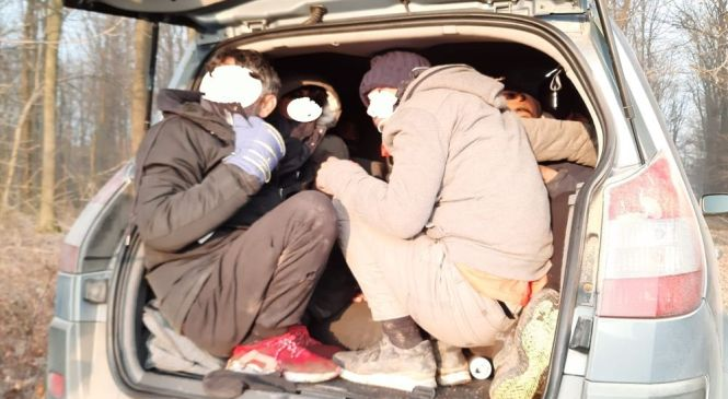 62-letna Slovenka v prtljažniku vozila prevažala tri državljane Kitajske