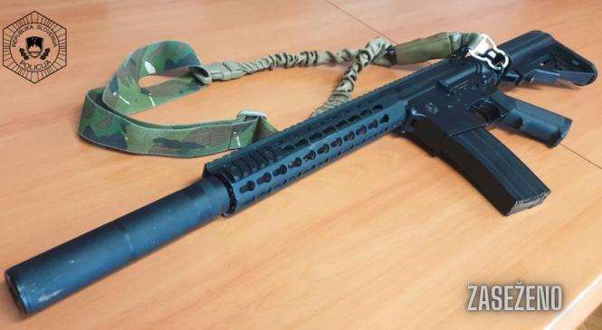 Policisti mladoletniku zasegli imitacijo vojaške avtomatske puške