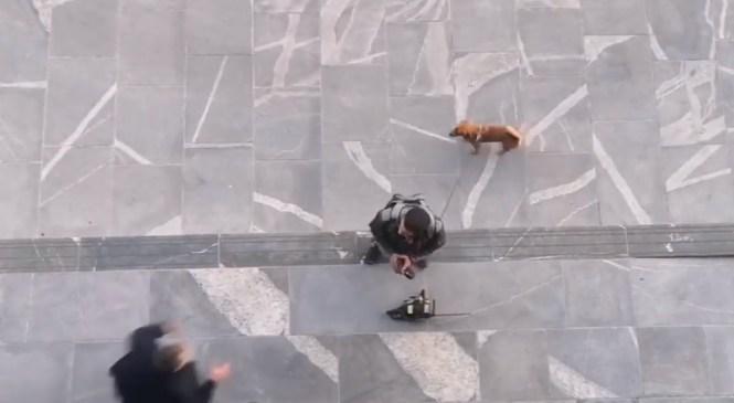 VIDEO: Pred Državni zbor s prižgano motorno žago, osebo obvladal policist