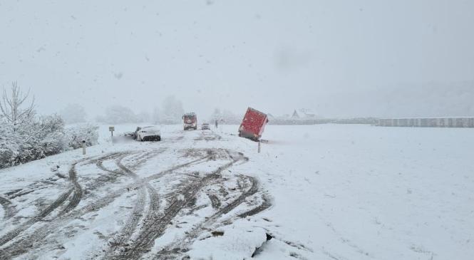 V prometni nesreči na cesti Medvode – Kranj, umrl 42-letni voznik osebnega vozila