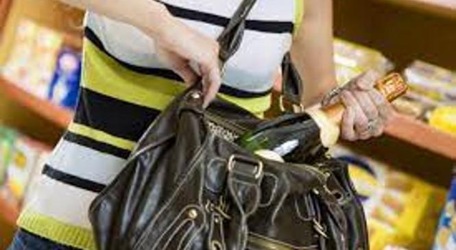 Mladoletnici kradli po trgovinah v trgovskem centru