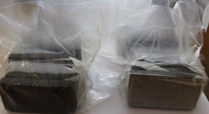 Policisti med hišno preiskavo zasegli več kot 4 kg droge in pištolo