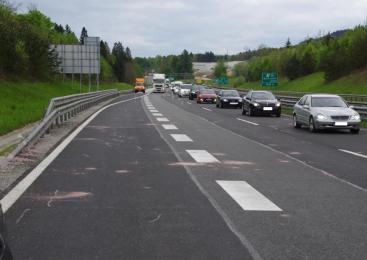 Na avtocesti s tovornega vozila padlo več zidakov