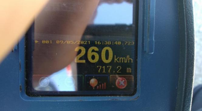 Voznik Ferrarija po avtocesti z 260 km/h