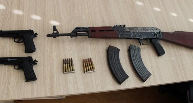 32-letniku med hišno preiskavo zasegli puško Kalašnikov
