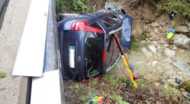 Voznik osebnega avtomobila trčil v drevo in pristal v potoku