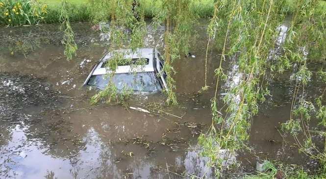Zaradi neprilagojene hitrosti zapeljal s ceste in pristal v ribniku
