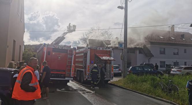 Na območju Bizovika zagorela večstanovanjska hiša