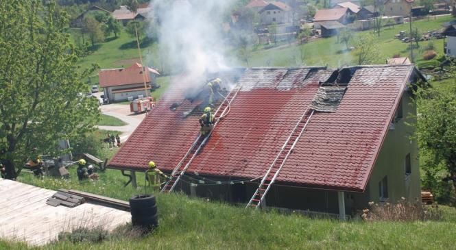 Zabukovci: S požarom na stanovanjski hiši se je borilo kar 41 gasilcev