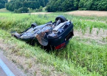 Zapeljal na nasprotno smerno vozišče in trčil v nasproti vozeče vozilo, hudo poškodovani dve osebi