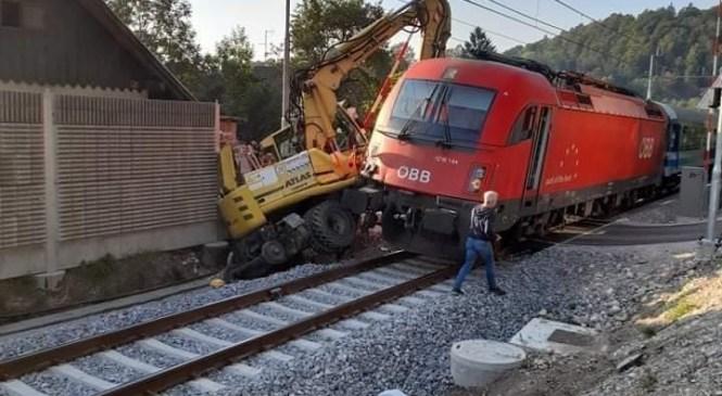 Na območju Radovljice policisti obravnavajo trčenje potniškega vlaka v delovni stroj za delo na tračnicah
