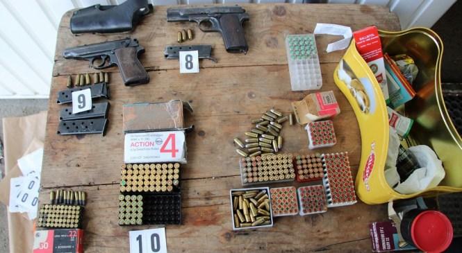 66-letniku zasegli prepovedano drogo, orožje in strelivo
