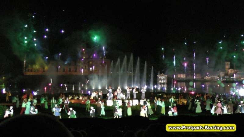 La Cinéscénie live show Puy du Fou Frankrijk - Einde oorlog tijd voor feest met vuurwerk en fonteinen