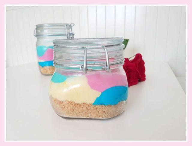 Regenbogenkuchen im Glas