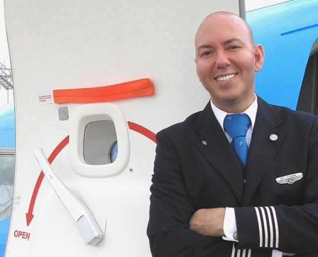 Grootste verzameling stewardessenpakjes ter wereld in de Kunsthal