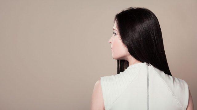 Men vindt aantrekkelijke vrouw op het werk onbetrouwbaar