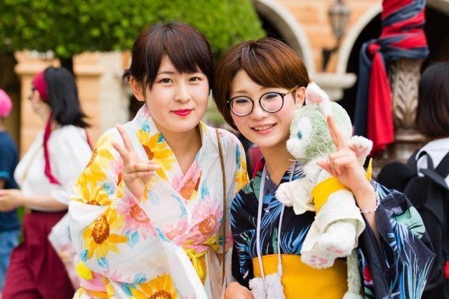 Waarom Japanse dames geen bril op het werk mogen dragen