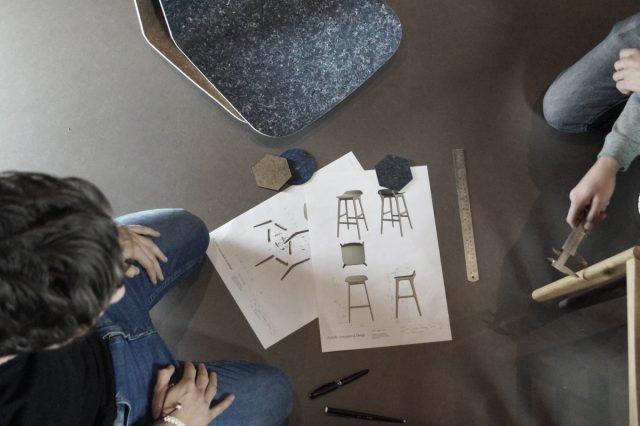 Planq maakt stoelen van oude bedrijfskleding