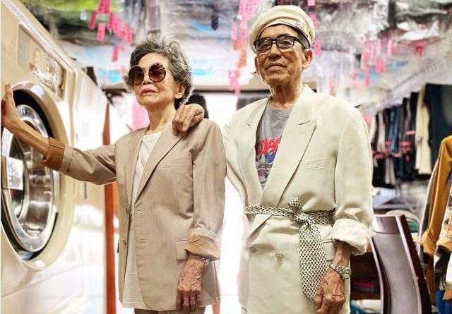 Ouder echtpaar gaat viraal door fotoshoot in achtergelaten (werk)kleding