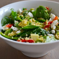 Bulgur salade met spinazie, geroosterde paprika, avocado en geitenkaas
