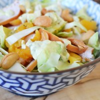 Salade van spitskool met abrikoos, gerookte kip en avocado