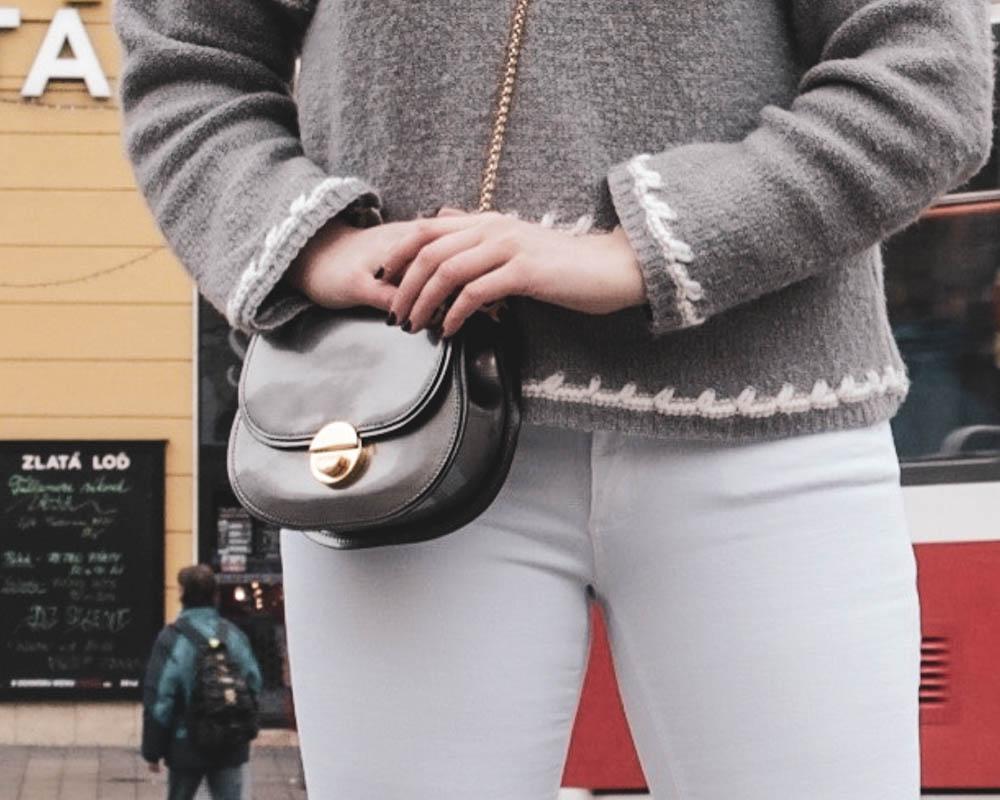 Sivý pulover a detail na sivu kabelku