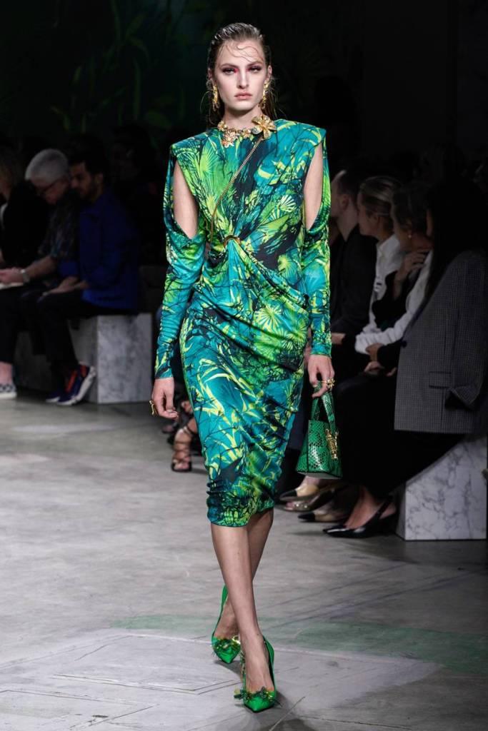 šaty s tropickou potlačou Versace
