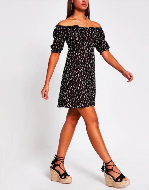 krátke čierne kvetinove šaty