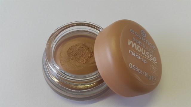 essence Soft touch mousse 02 matt beige foundation