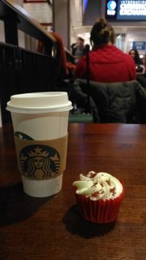 Avevo un red velvet cupcake avanzato dal pomeriggio prima e l'ho mangiato alle cinque di mattina più o meno.
