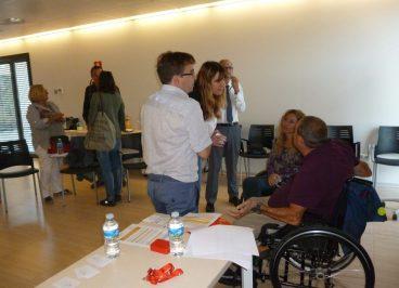 Josep y Mireia charlando con asistentes a la sesión organizada por la AIBV.
