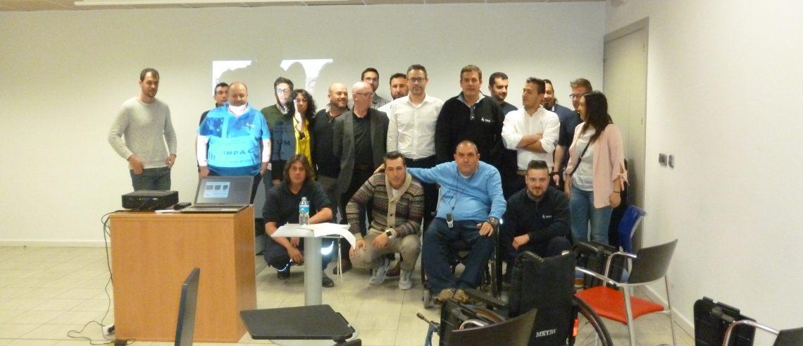 Los trabajadores de Valida Sin Barreras posan tras la sesión junto a Josep Roca.