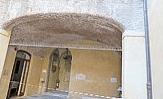 Tantissime crepe nell'arco della scala (nel cortile) che porta al tempio tedesco e a quello italiano